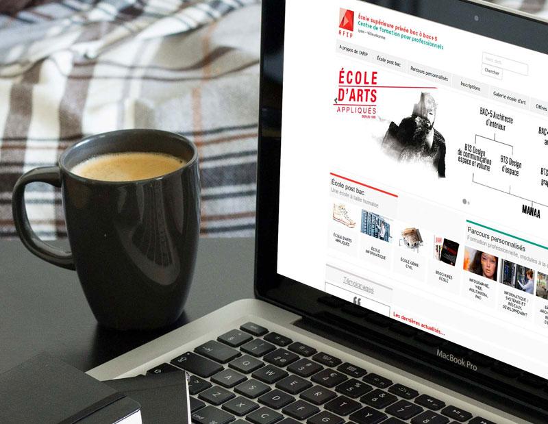 Création et développement site corporate, produits & services, CMS interne, administration sur mesure par types de contenus.